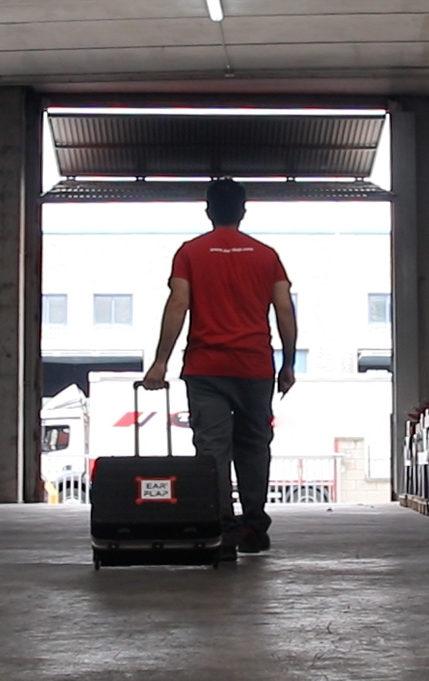 Servicio técnico. Técnico mecánico con maleta de herramientas